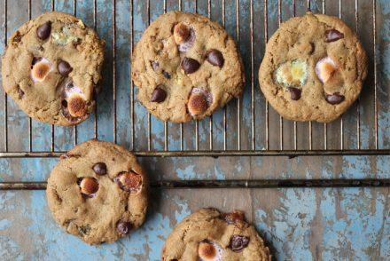 Cookies med skumfiduser og chokoladeknapper